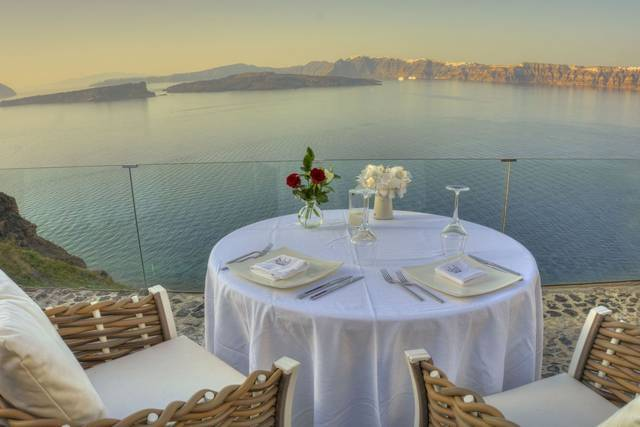 Cliffside_table_front_at_the_cliff_below_the_pool_-_Alali_Restraurant_Santorini_result